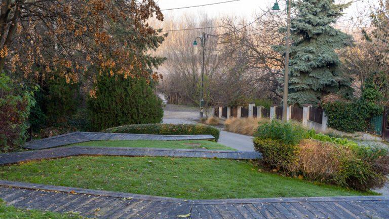 Nyitott tér a város szívében, egy paptudós emlékére